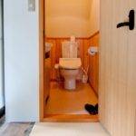 トイレの扉は開き戸より引戸がいい理由