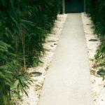 玄関までの長いアプローチはスロープが便利